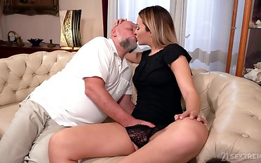 Padre rams blonde's young pussy in merciless XXX cam scenes