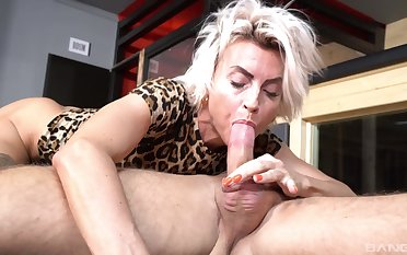 Hot ass mature Pavlina spreads say no encircling legs encircling be fucked by a stud