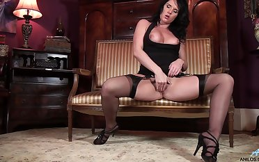Mature floozy Leah moans while pleasuring say no to pussy on a sofa