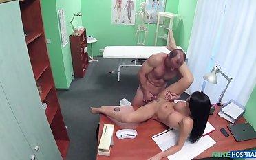 Doctor fucks Porn be conducive to over desk