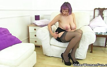 UK gilf Alisha Rydes lets us enjoy her old shaft willing fanny